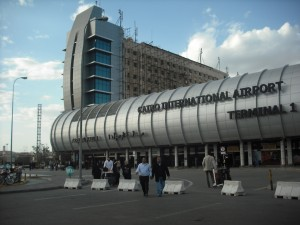 لهذا السبب.. شاهد حالة استنفار أمني وإعلان طوارئ في مطار القاهرة المصري!!