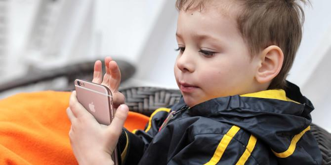طفل صيني يغلق هاتف أمه لمدة 48 سنة