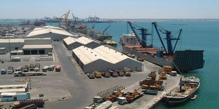 الامارات تمنع سفن تحمل رواتب الموظفين اليمنيين من الدخول عبر ميناء عدن