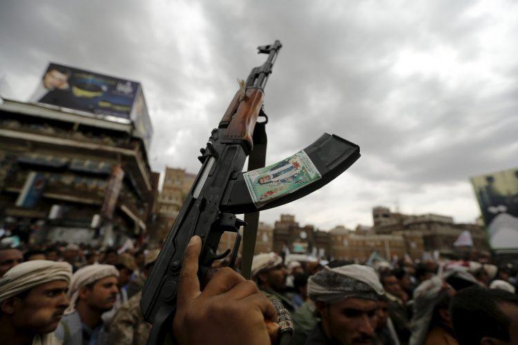 بعد ضبط شحنة الأسلحة الأخيرة.. سيناتور أمريكي يدعو الرئيس بايدن لإعادة العقوبات على الحوثيين