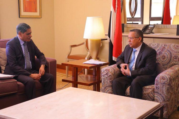 بن دغر يلتقي محافظ حضرموت، ويثني على جهود قيادة المحافظة في مطاردة عناصر تنظيم القاعدة