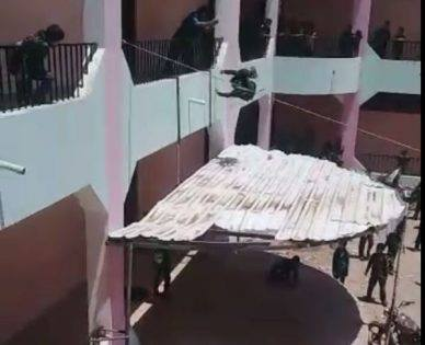 لن تصدق ما تراه عينك.. مدير مدرسة يعاقب طلابه برميهم من الطابق الثاني!