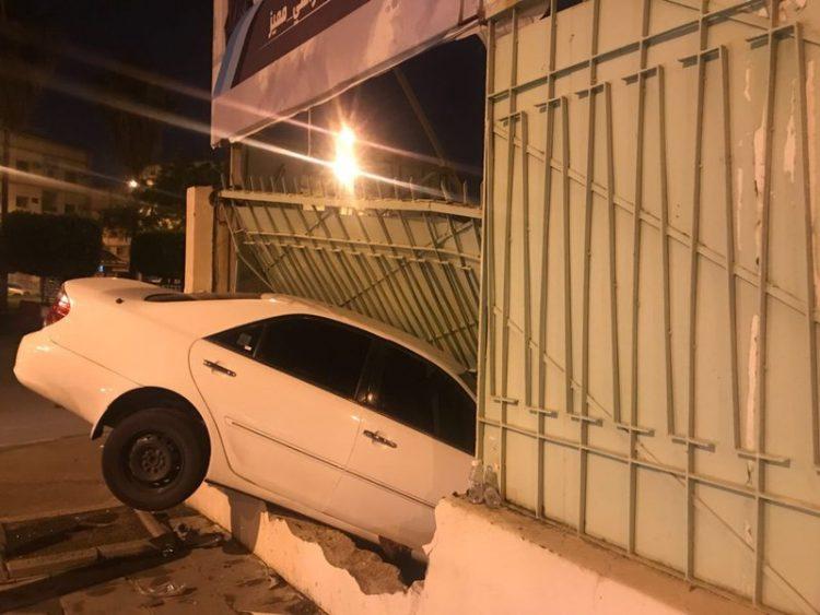 بالصور.. شاهد كيف اقتحمت سيارة جدار مدرسة بالطائف السعودية