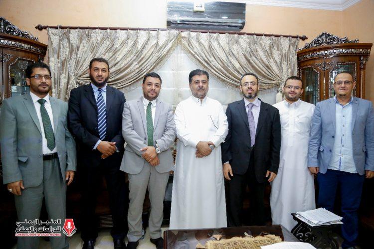 الشيخ احمد العيسي يستقبل فريق المنبر اليمني للدراسات والإعلام