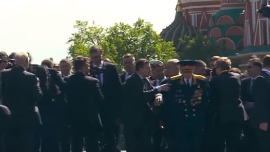 فيديو.. بوتين يعتذر لجنرال متقاعد بعد ان قامت حراسته بدفعه
