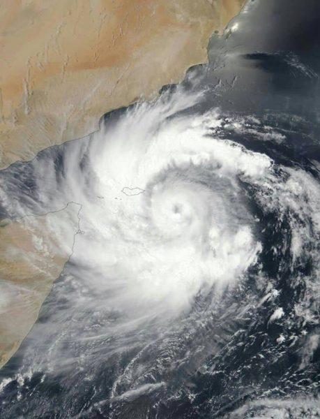 أستاذ للمناخ: حجم الإعصار مكونو يعادل مساحة السعودية مرتين ونصف وتوقعات بتزايد شدته