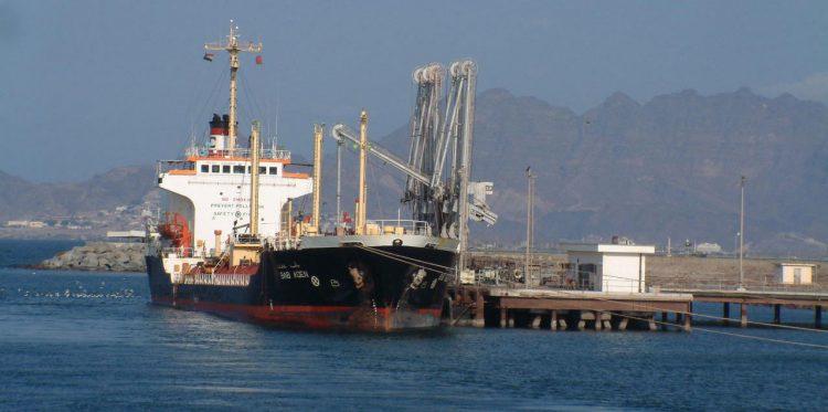 النقابات العمالية لموانئ عدن تنتفض بعد ايقاف الخط العالمي للملاحة نشاطه في الميناء