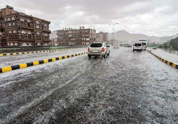 بالصور والفيديو.. حبات البرد تغطي شوارع صنعاء، والسيول تجرف المواطنين السيارات