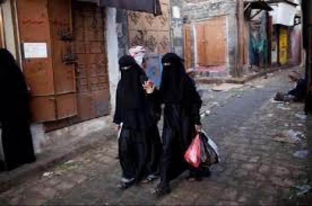 مشرف حوثي يعتدي على امرأة وسط العاصمة صنعاء بصاعق كهربائي