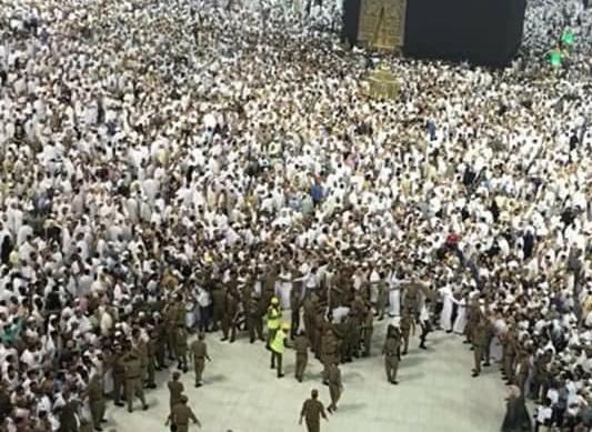 انتحار باكستاني رمى نفسه من اعلى دور في الحرم المكي إلى امام الكعبة (فيديو وصور)