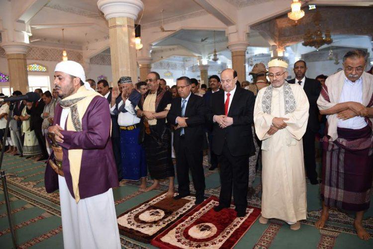 رئيس الجمهورية يؤدي صلاة العيد بالعاصمة المؤقته عدن ومعه اعضاء الحكومة وعدد من المسؤلين