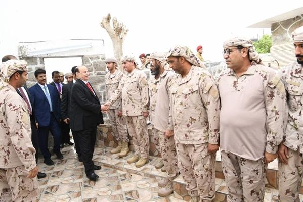 رئيس الجمهورية يتفقد الوحدات الرمزية لقوات التحالف العربي بعدن