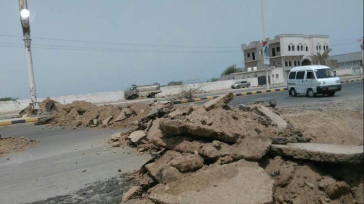 مليشيات الحوثي تحفر خنادق أمام جوازات الحديدة.. صورة