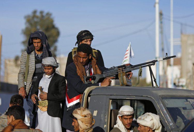 مليشيا الحوثي تقوم بنهب سيارات وحاويات من ساحة ميناء الحديدة