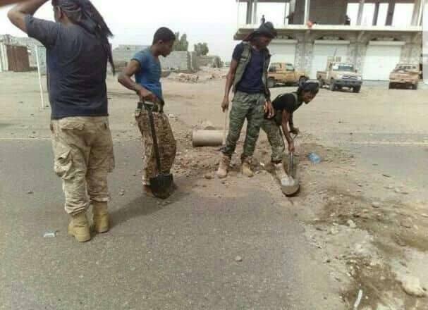 مصادر: مليشيا الحوثي لا تزال تضرب طوقا من الخنادق والسواتر الترابية في شوارع الحديدة