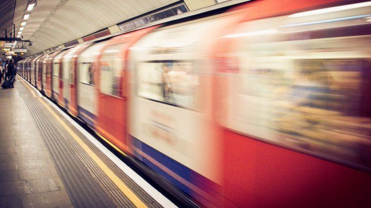 انفجار مترو لندن يتسبب بإصابة 4 أشخاص، وهذا هو سبب الانفجار