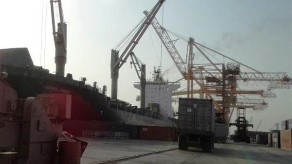 مليشيات الحوثي تنهب حاويات تحمل شحنة سيارات في ميناء الحديدة