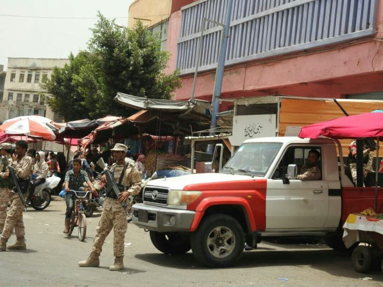 الشرطة العسكرية في تعز تلقي القبض على مطلوب أمني متهم بقتل جنديين