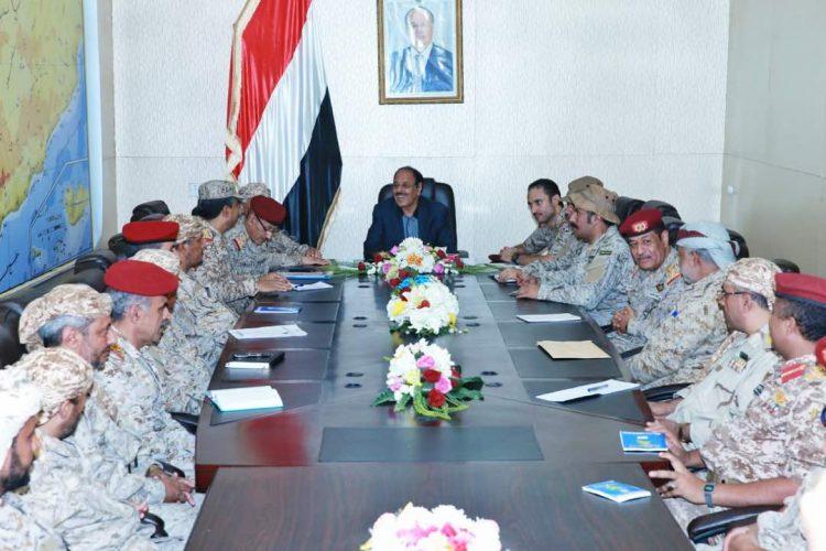 """في لقائه بقيادة المنطقة العسكرية السادسة.. نائب الرئيس يؤكد أنه: """"لا خيار أمامنا سوى دحر وهزيمة المشروع الإيراني"""""""