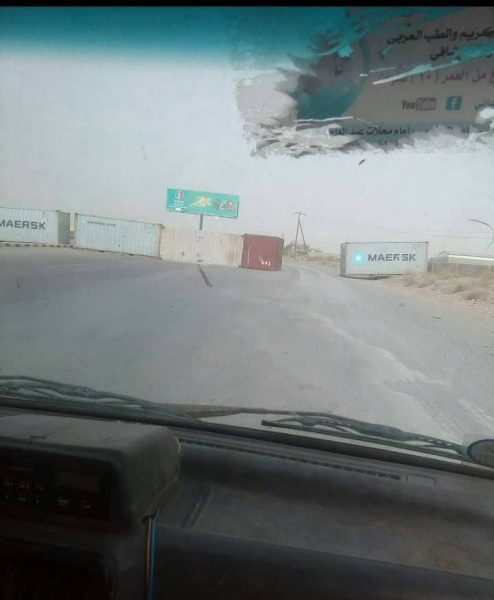 مليشيا الحوثي تقوم بنصب حاويات في الخط الاسفلتي الرابط بين الحديدة – صنعاء – الحديدة – تعز