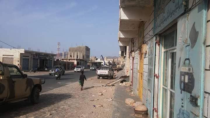 شاهد بالصور.. الامارات تنزع اعمدة الانارة من شوارع سقطرى مثلما اغلقت مستشفى في مقديشو
