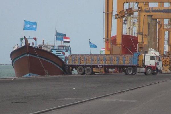 الحديدة: السلطة المحلية تحذر مليشيا الحوثي من مغبة احتجاز سفن تجارية بميناء الحديدة