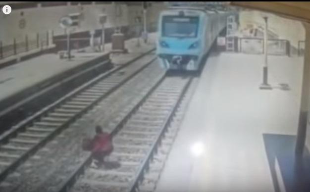 فيديو صادم.. لحظة انتحار امرأة مصرية برمي نفسها امام قطار المترو بالقاهرة