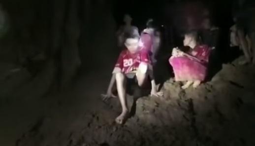 بعد مرور اكثر من اسبوع على اختفائهم.. البحرية التايلندية تعثر على فريق كرة قدم داخل كهف