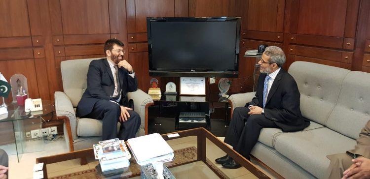 سفير اليمن في باكستان يبحث مع مفوضية التعليم حلول لقضايا الطلاب اليمنيين