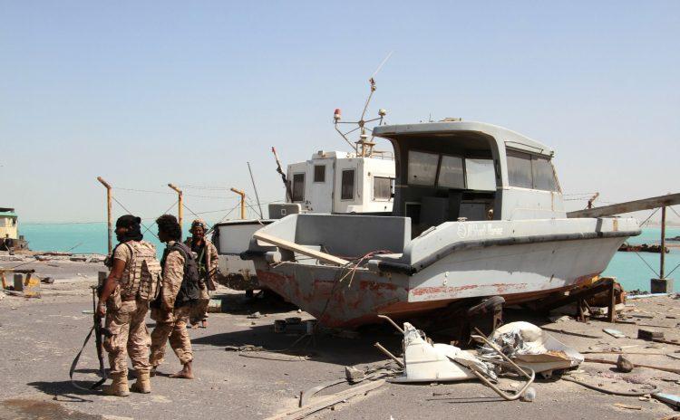 عدن:ضباط اماراتيون يمنعون موظفي الجمارك من تفتيش سفينة دخلت الى ميناء الزيت