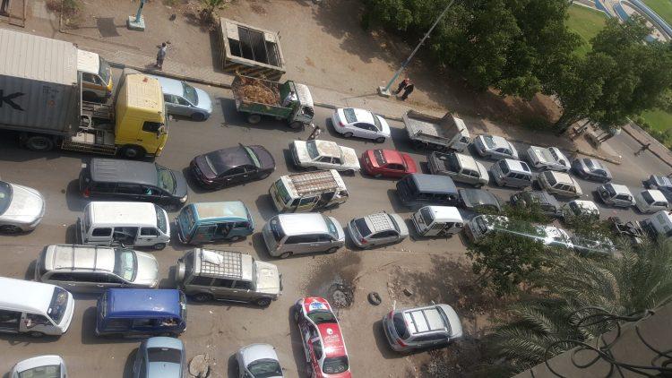 غضب شعبي في عدن بسبب قيام اطقم عسكرية تابعة للانتقالي باغلاق شوارع خور مكسر (صور)
