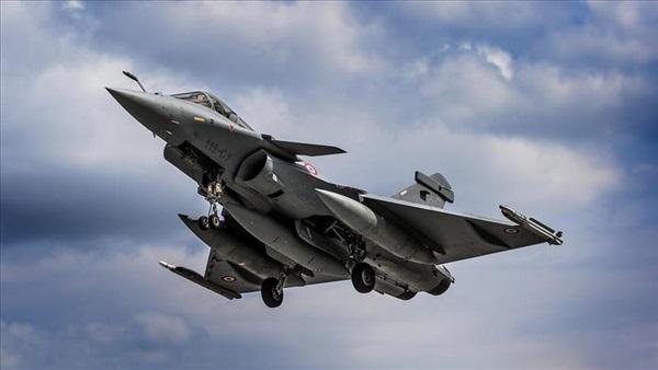 طيران التحالف العربي يشن غارات على مواقع المليشيات في الحديدة وتدمير 4 دبابات وأطقم عسكرية