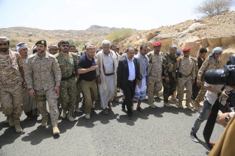 وزير الاعلام يزور برفقة الفريق الاعلامي المواقع المتقدمة للجيش الوطني في البيضاء