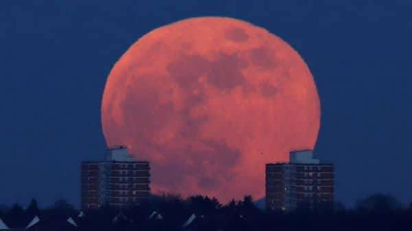 الأرض على موعد مع «القمر الدموي» الجمعة المقبلة