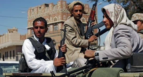 """قيادات حوثية تتقاضى عشرات الملايين شهريا من تجار """"صنعاء"""" مقابل حمايتهم"""