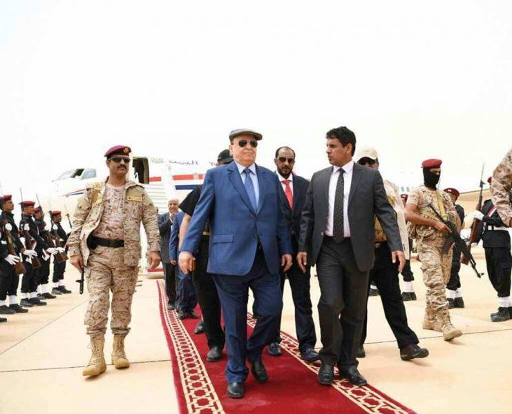 بعد وصوله المهرة رئيس الجمهورية يضع حجر الأساس لجملة من المشاريع التنموية بدعم سعودي
