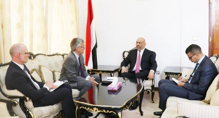 وزير الخارجية يستعرض مع ممثل السويد الخاص الى بلادنا الانتهاكات والممارسات الخاطئية للمليشيا الحوثية