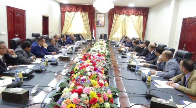 عدن.. تدهور العملة الوطنية على طاولة مجلس الوزراء