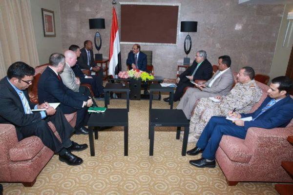 محسن يشيد بالدعم العسكري والأمني الأمريكي ويتطلع للمزيد من التعاون