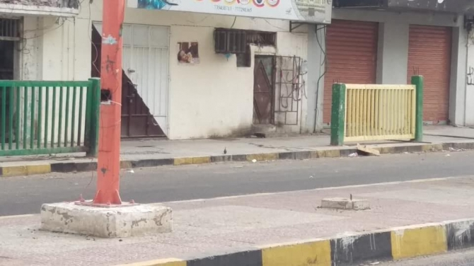 عدن.. مواطنون يعثرون على قنبلة يدوية وسط الشارع الرئيسي في المعلا (صورة)