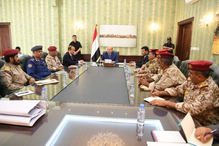 رئيس الجمهورية يلتقي بالقيادات الميدانية والعسكرية والأمنية بمحافظة تعز