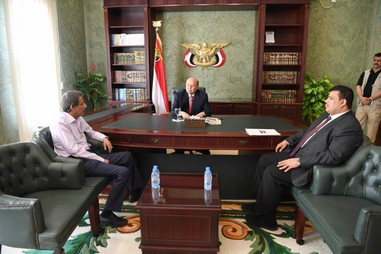 الوزير عبدالرزاق الاشول يلتقي الرئيس هادي في اول ظهور له بعد مغادرته صنعاء