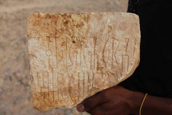 سكان محليون يعثرون على قطع صخرية أثرية منقوش عليها كتابات بخط المسند المسماري في حضرموت