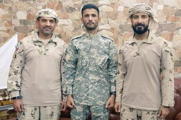 """بالصورة.. ضابط اماراتي يكرم """"أبو اليمامة"""" بعد اعتدائه على الكلية العسكرية وقتل أحد طلابها"""