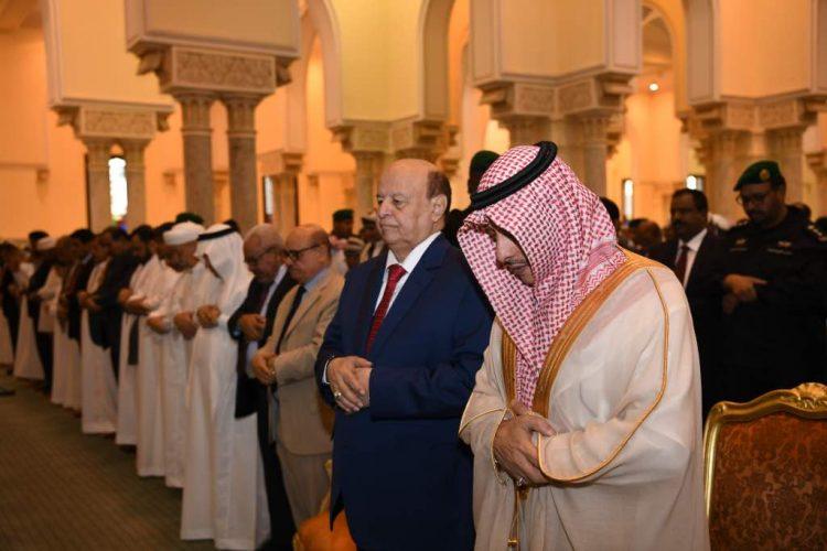 الرئيس هادي يؤدي صلاة عيد الاضحى ويستقبل جموع المهنئين بمقر اقامته المؤقت بالرياض