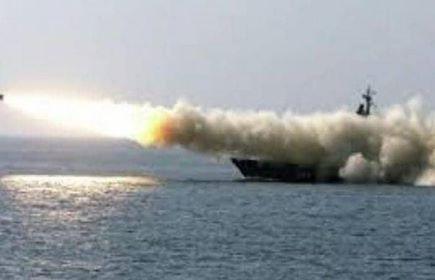 قوات التحالف العربي تدمر زورقا مفخخا تم تسييره من شواطئ الحديدة استهدفوا به سفينة تجارية
