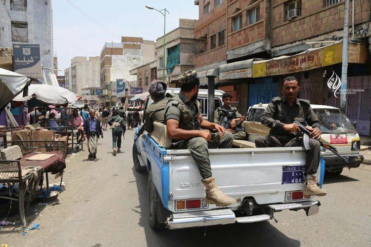 اللجنة الرئاسية تسلم أقسام الشرطة في الباب الكبير وباب موسى للشرطة في تعز