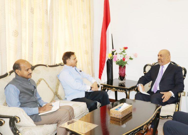 وزير الخارجية يبحث مع السفير الهندي في الرياض تسهيل إجراءات التأشيرة لليمنيين