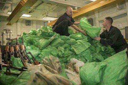 الجيش الأمريكي يعلن الإستيلاء على أكثر 1000 بندقية قبالة اليمن