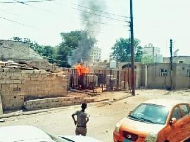 عدن.. بسبب الضغط وارتفاع درجة الحرارة.. مولد كهربائي يحترق في مدينة الشيخ عثمان